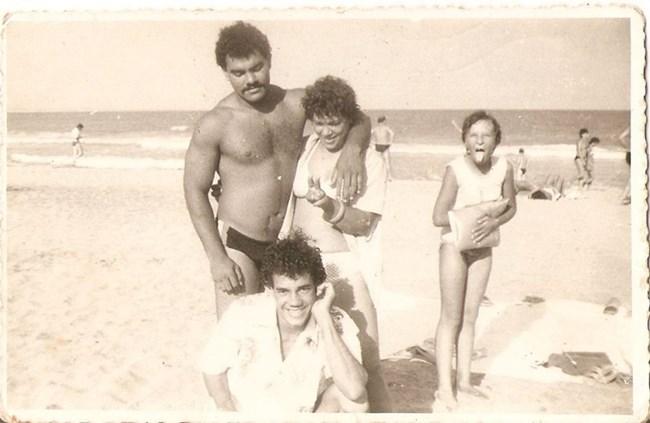 Хулио и Елена прегърнати, млади и влюбени на плажа в Бургас. Пред тях е кубински приятел, а до тях - дъщерята на Елена Даниела.