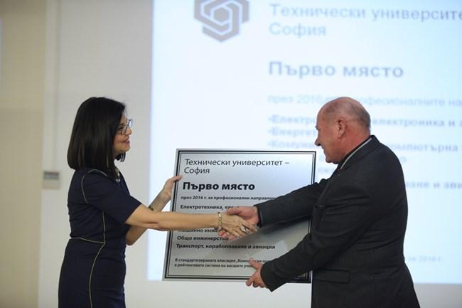 Министърът на образованието Меглена Кунева връчва отличието на ректора на техническия университет проф. Георги Михов.