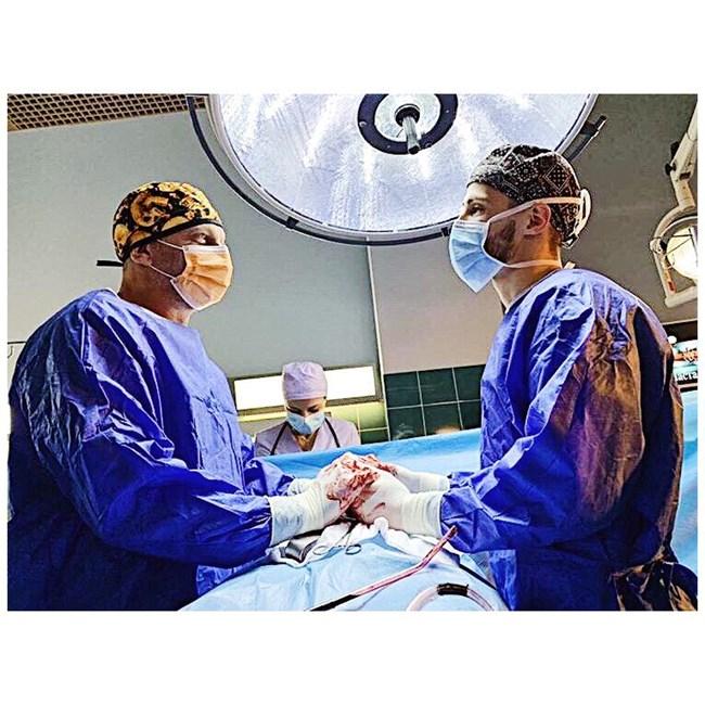 """Кадър от """"Откраднат живот"""" - доц.  Банков (Юлиан Вергов, вдясно) оперира  заедно с  д-р Тасев (Наум  Шопов)."""