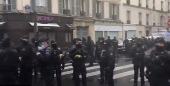 Полицаи преди началото на протеста в Париж КАДЪР: Туитър