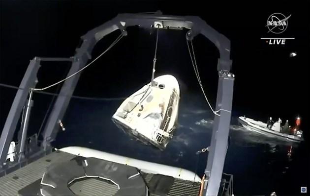 """Капсулата """"Дракон"""" успешно се спусна с  астронавтите от Международната космическа станция"""