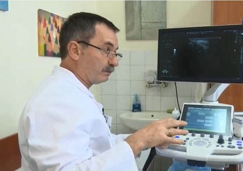 Проф. Райков демонстрира новия ехограф СНИМКА: Медицински университет Варна
