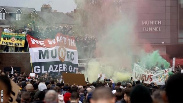 """Феновете на """"Манчестър Юнайтед"""" протестираха в неделя"""