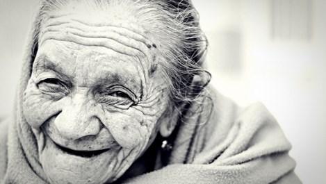 Най-старата жена пушила и яла по килограм шоколад седмично (Видео)