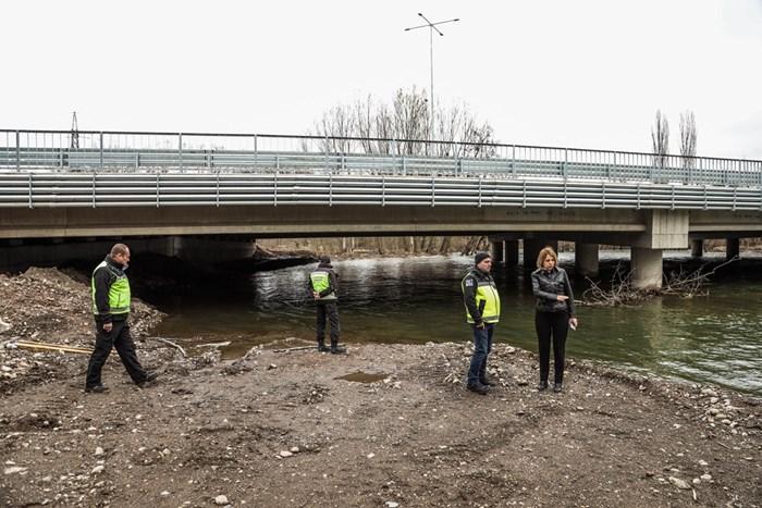 Фандъкова провери на състоянието и нивото на река Искър СНИМКА: Аделина Ангелова