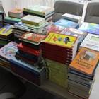 Младоженци даряват книги на читалище