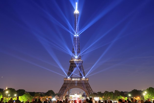 Светлинно шоу озари Париж по случай 130-годишнината на Айфеловата кула (Снимки)