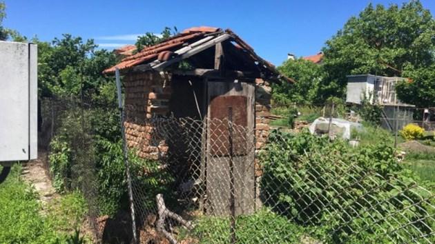 Външната тоалетна, в която е открит трупът на Цеца Вълчицата