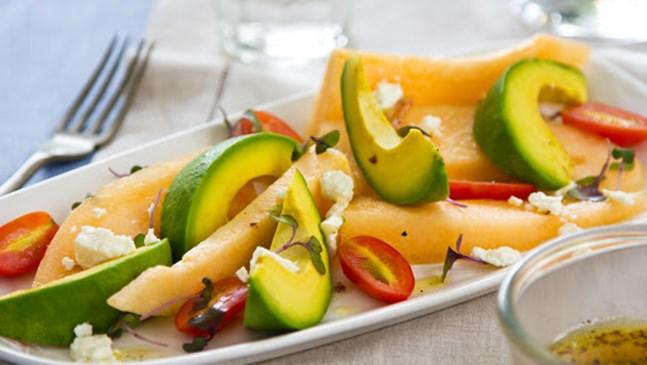 Свежа салата с пъшеш, ананас и сирене фета