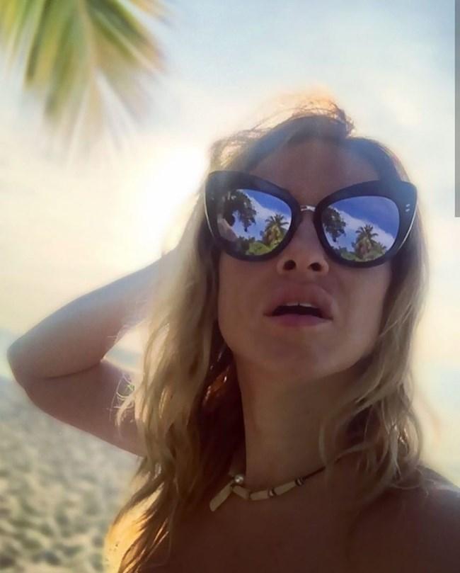 Често си прави селфи пред екзотичен плаж