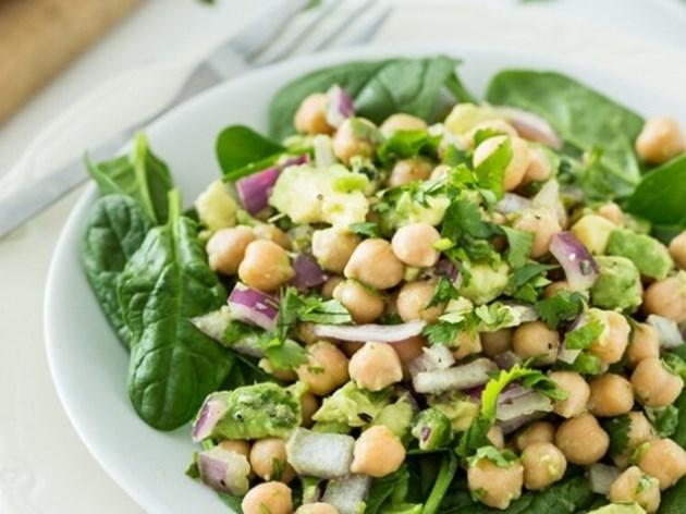 Зелена салата с нахут и авокадо