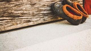 Хитрини за почистване на дрехи и обувки