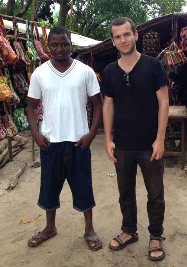 Джона Липтън (вдясно) с негов африкански приятел