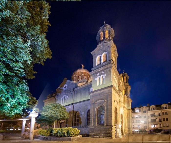 Проектът за реставрация  включва и ефектно нощно осветление на храма.