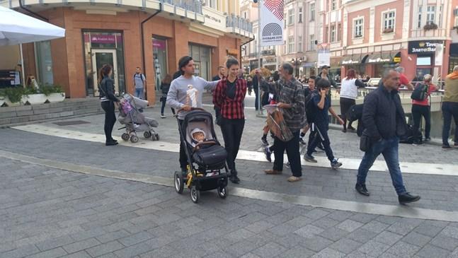 Цвети Пиронкова разходи 7-месечния си син по главната в Пловдив