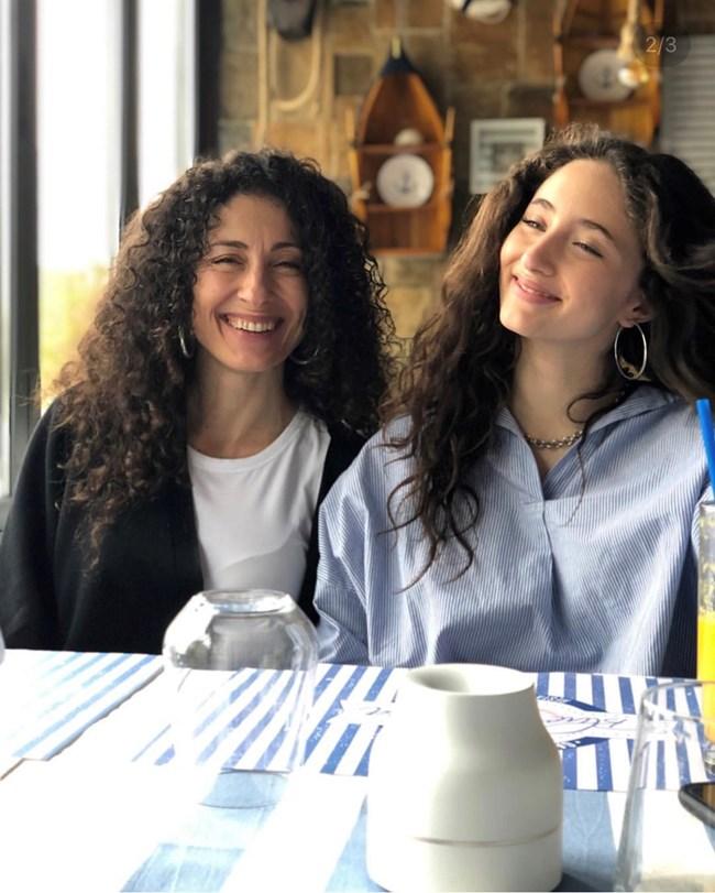 Алма заедно с майка си музикалната продуцентка Саня Армутлиева