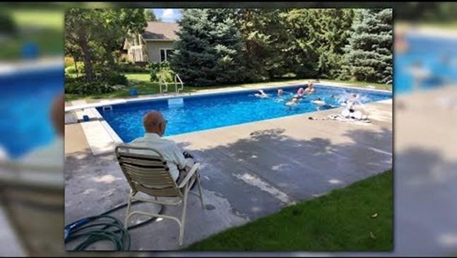 Вдъхновяващо! 96-годишен вдовец прави басейн в двора си за съседските деца, след като жена му го напуска