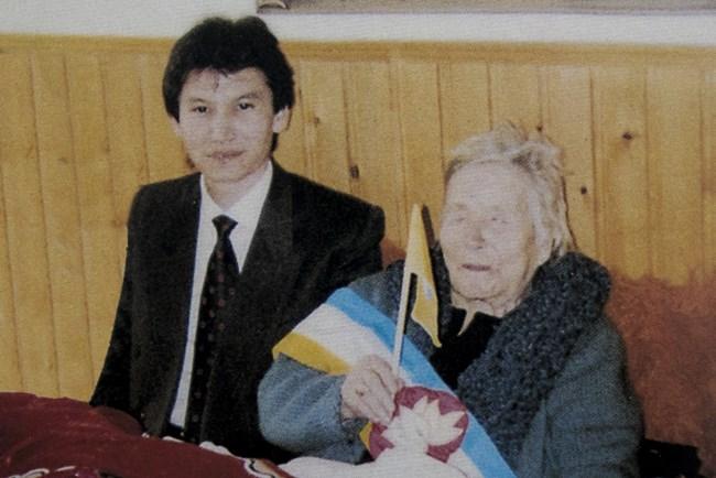 Ванга извиква Кирсан Илюмджинов и му казва, че ще стане два пъти президент.