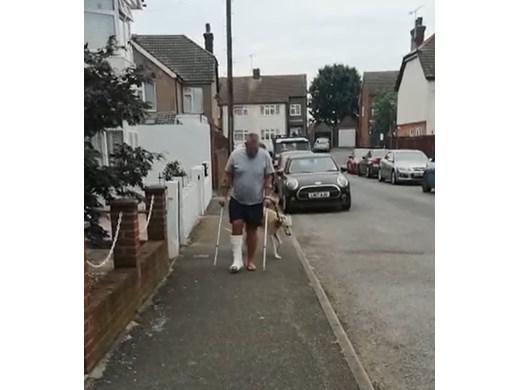 Куче накуцва от съчувствия към стопанина си със счупен крак (Видео)