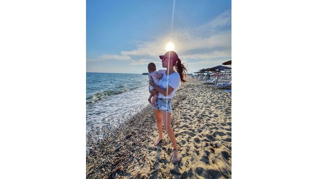 Радина Думанян заведе дъщеря си на море в Гърция
