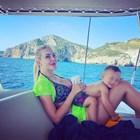 Антония Петрова с бебето на яхта