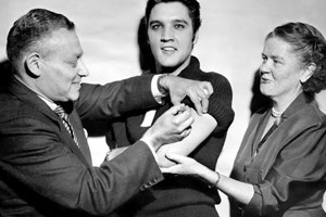 Елвис Пресли се ваксинира публично срещу детски паралич, след него американците се имунизират масово
