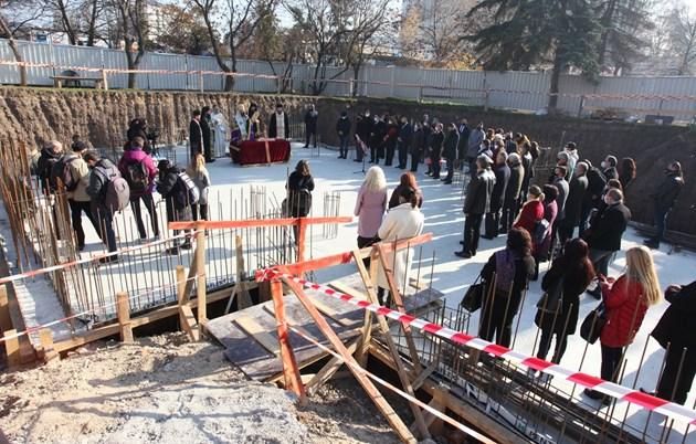 """Радев и Фандъкова положиха първия камък на храм в столичния район """"Изгрев"""" (Фоторепортаж)"""
