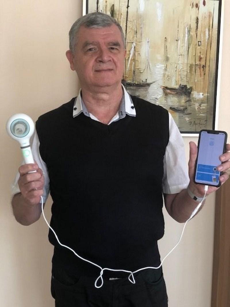 Проф. Попов показва специализирания термометър за бял дроб, който се надгражда с платформа за телемедицински мониторинг.