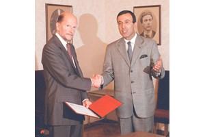 15 юли 2001 г. - президентът Петър Стоянов връчва мандат на Симеон за съставяне на правителство.