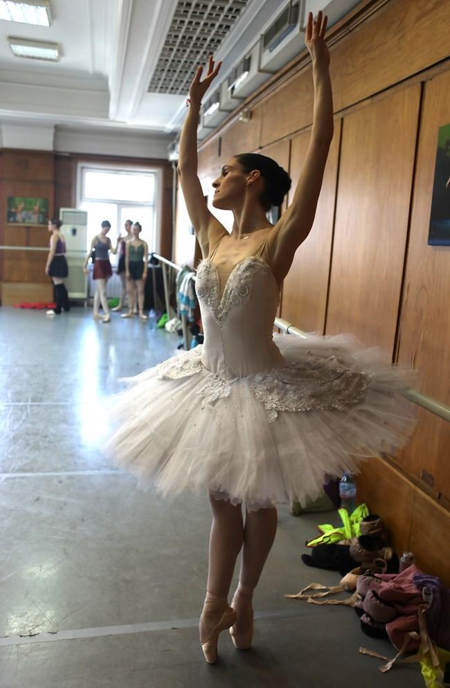 """Разместванията в състава дадоха шанс и на други балерини да се появят в големи роли - Венера Христова (на снимката) дебютира тази вечер като Одета-Одилия в """"Лебедово езеро""""."""