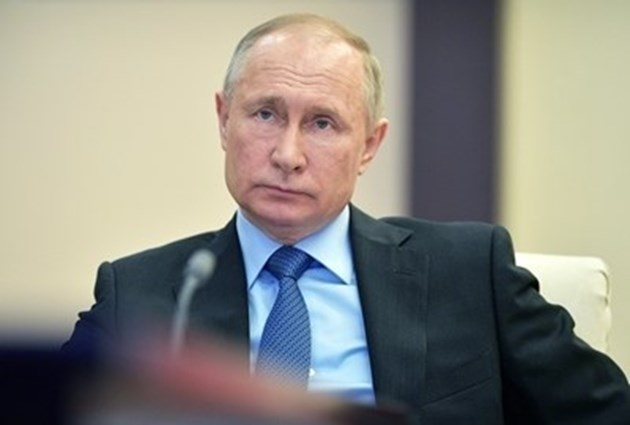 В пика на коронавируса Путин връща на работа милиони хора в Русия