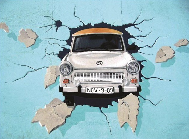 """""""Трабант"""" разбива Берлинската стена"""