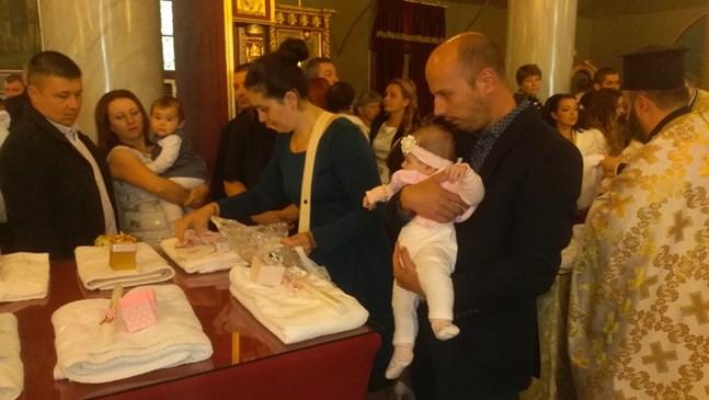 Кръстиха 39 деца накуп в Пловдив (Снимки)