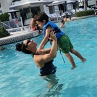 Мария Илиева на басейн със сина си