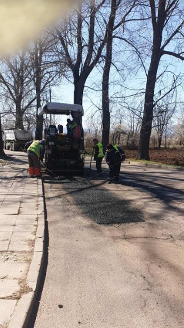 21 екипа ремонтират столични улици (Снимки)