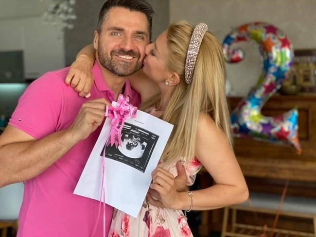 Двамата публикуваха тази снимка в социалните мрежи, с която съобщиха, че чакат второ бебе.