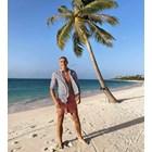 Националът чака трансфер на плажа