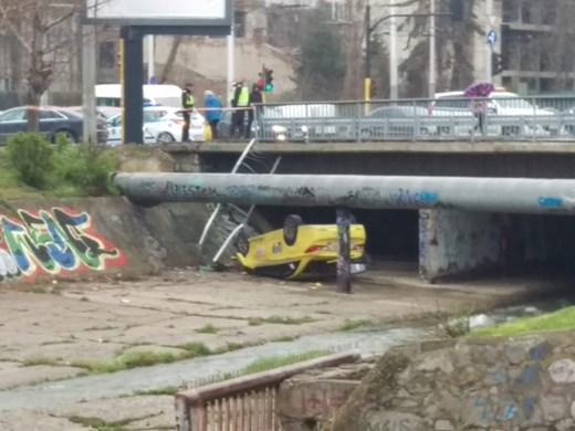 Такси падна по таван от мост в София