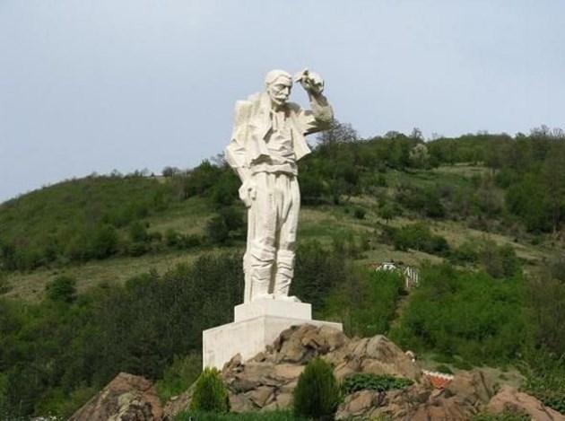 Дядо Йоцо маха на новоосвободена България