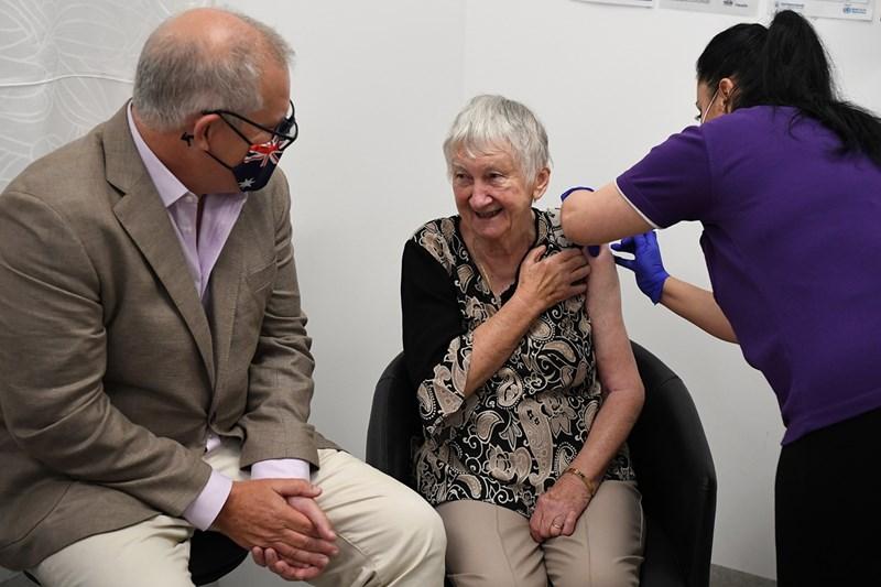 Австралийският премиер Скот Морисън присъства на ваксинацията на възрастна жена в Сидни - първата инжекция в страната. Австралия закъсня с имунизационната си кампания срещу COVID-19, която започна в неделя.