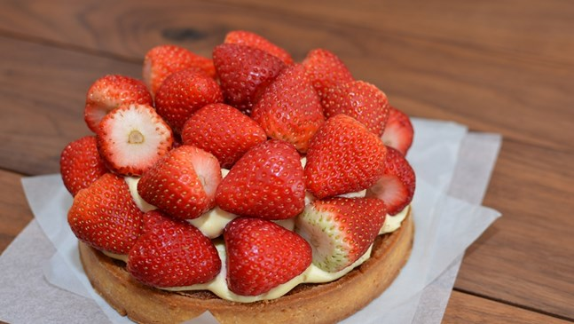 Съботен сладкиш с кроасани и ягоди