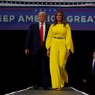 Мелания в екстравагантен жълт костюм подкрепи Доналд Тръмп (Снимки)