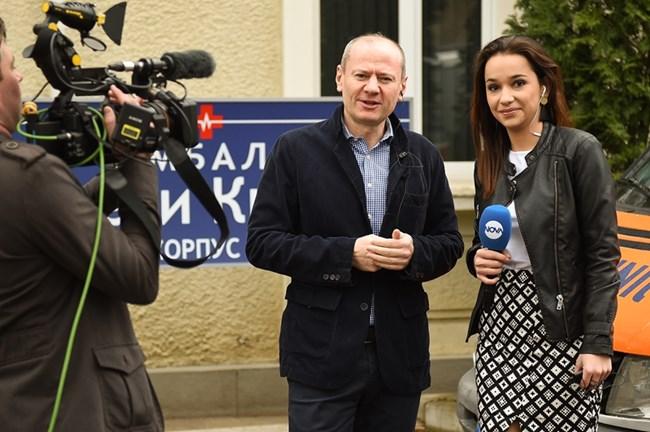 """Репортерка от Нова тв взема интервю от Евтим Милошев за сериала """"Откраднат живот"""""""