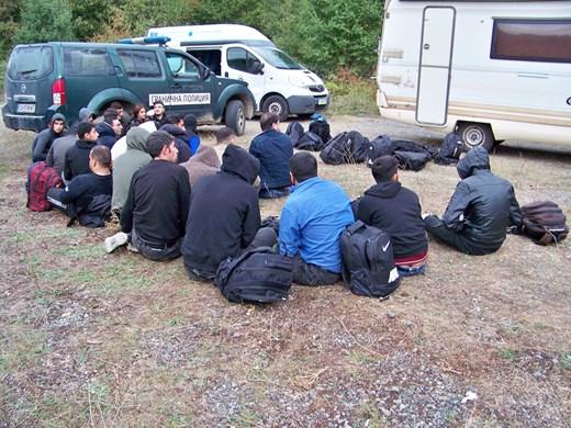 Задържаха 18 незаконни имигранти и петима шофьори, които ги превозвали