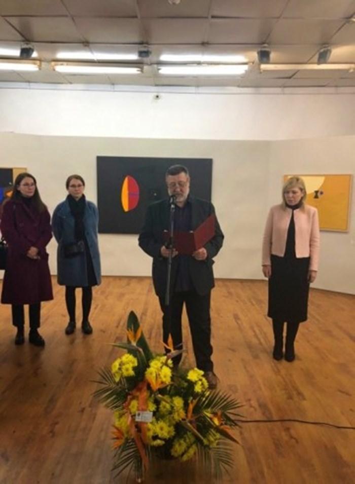 Изложбата в памет на големия Стоян Цанев бе открита в градската галерия на Бургас, в присъствието на двете му дъщери /вляво/ и зам.кмета Диана Саватева.