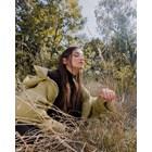 Диляна Попова се гушка в тревата
