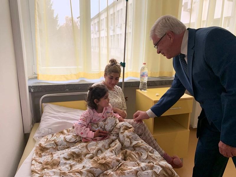 Министър Ананиев посети малките пациенти