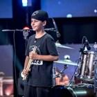 9-годишният Боби свири по цял ден