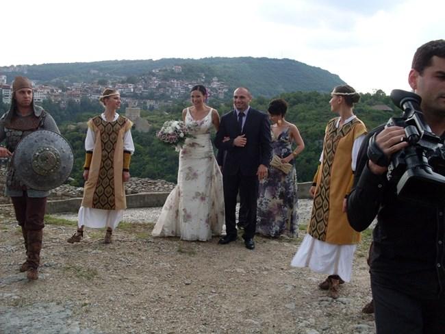 Юлияна Дончева и Станислав Недков-Стъки сключват брак на Царевец.