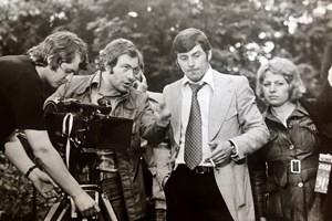 """1974 г. Режисьорът Иля Велчев по време на снимането на филма """"Сладко и горчиво"""". Сценарист е поетът Любомир Левчев."""